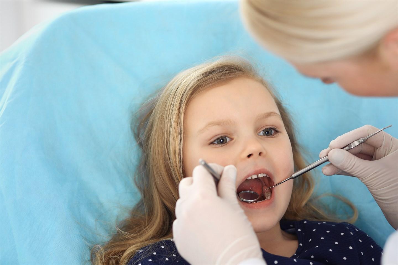 Кариес молочных зубов: родителям на заметку